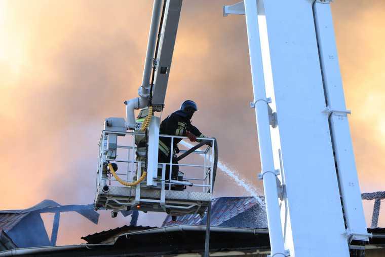 В Кургане разгорелся крупный пожар из-за аэрозольных баллонов. ВИДЕО. ФОТО