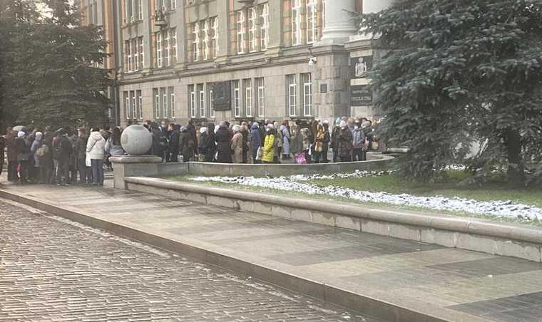 Чиновники осадили здание мэрии Екатеринбурга из-за коронавируса. Фото