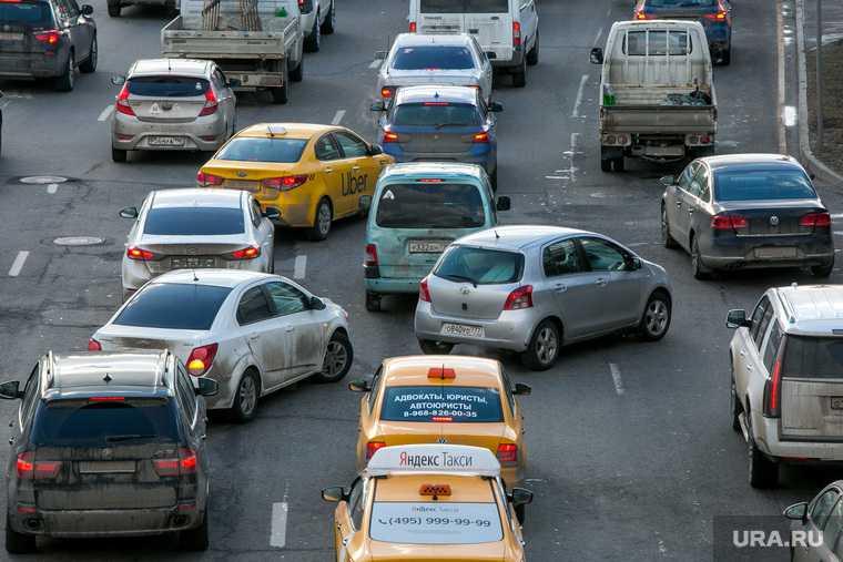 Депутат Госдумы призвал разрешить работать таксистами только россиянам