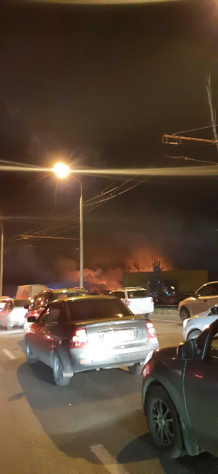 В Рязани произошел крупный пожар в торговом центре. Фото, видео