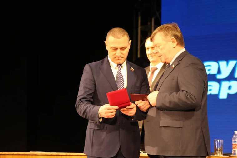 Курганскому депутату Госдумы дали орден. Такой же есть у народной артистки Бабкиной
