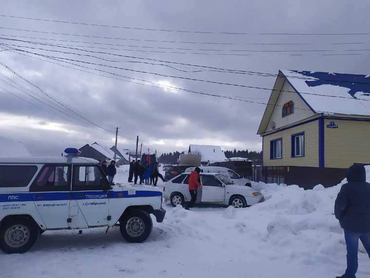 Пермского школьника привезли в дом, где была убита его семья. Фото