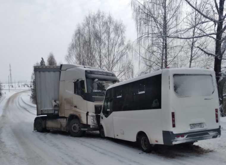 Челябинск ДТП автобус трактор столкнулся мост 1 марта видео
