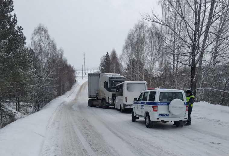В Челябинской области рейсовый автобус врезался в грузовик. Пострадали дети. Фото
