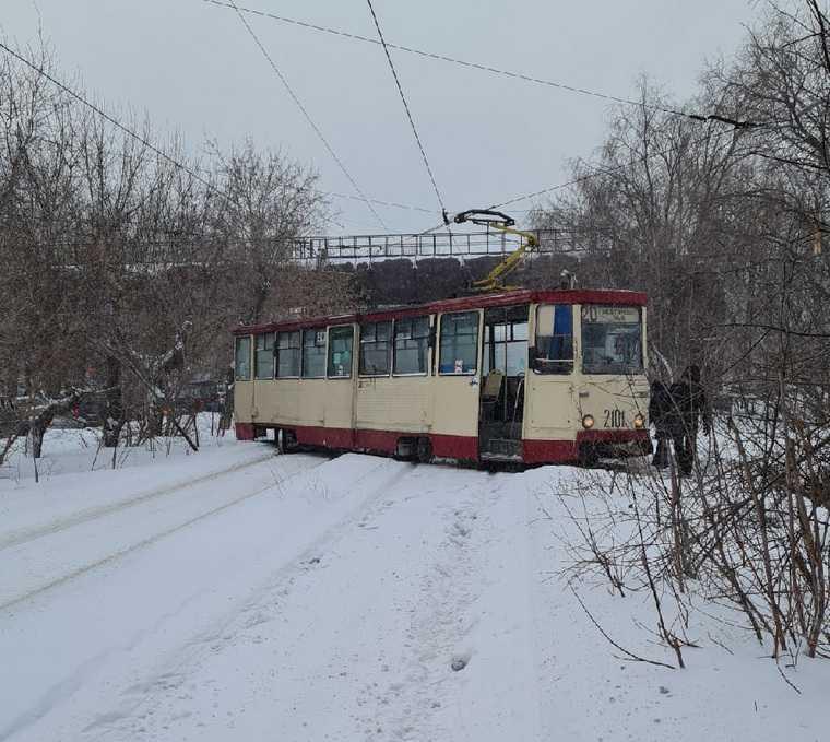 В Челябинске из-за непогоды трамвай сошел с рельсов. Фото