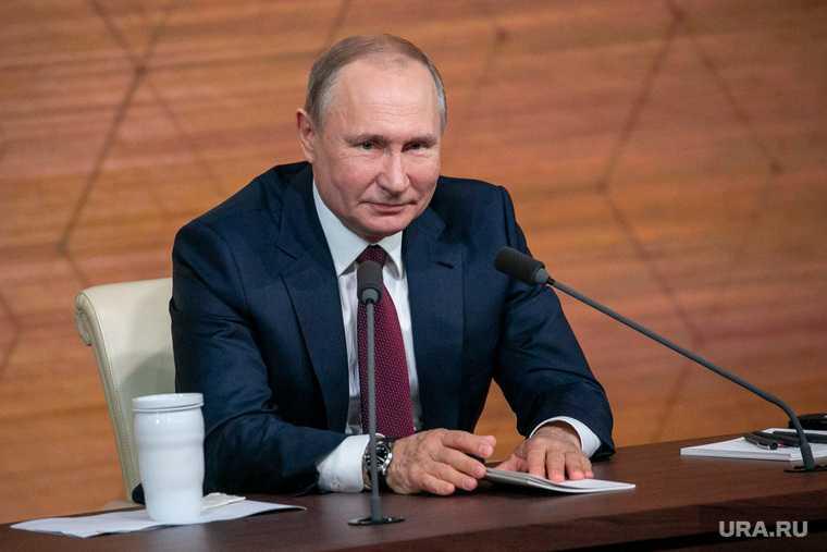 Путин обнял девушку перед которой робел
