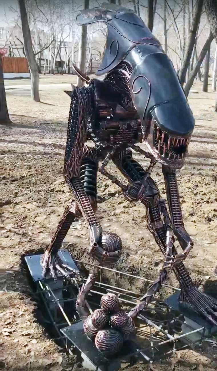 В парке Кургана появился «Чужой». Фото