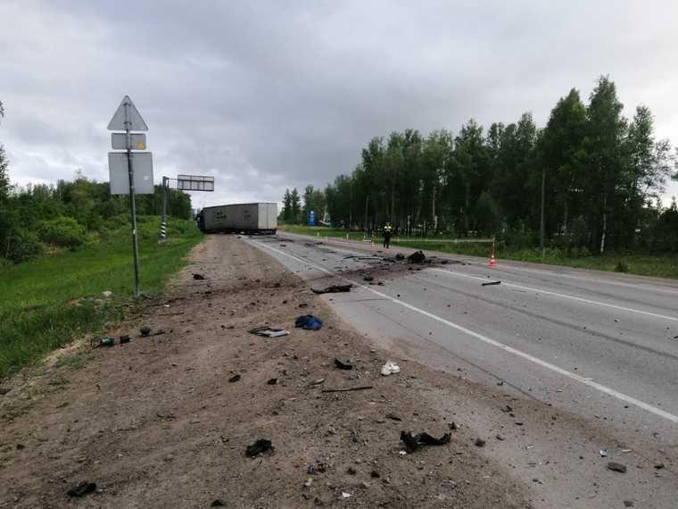 Из-за смертельного ДТП на тюменской трассе перекрыли дорогу. Фото