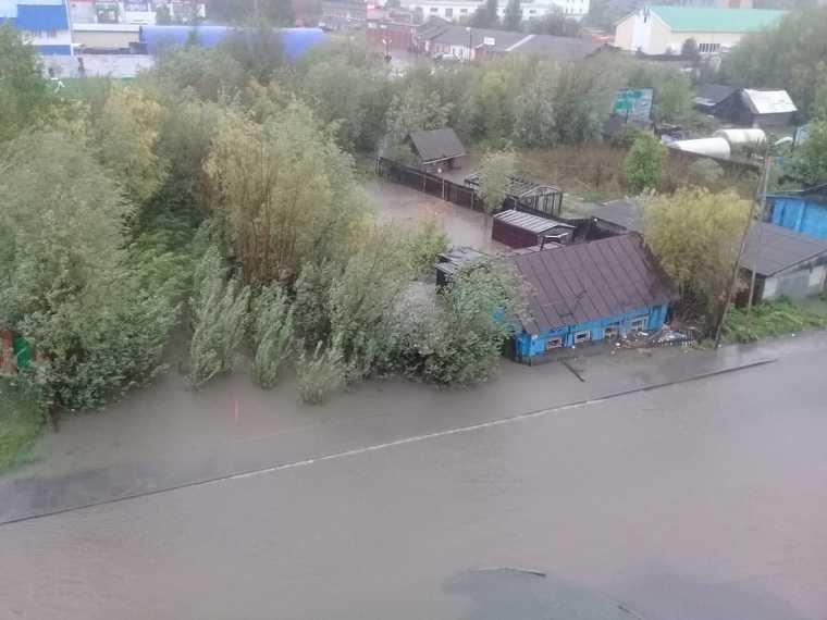 Проливные дожди в ХМАО затопили десятки домов. Власти создают спецкомиссии