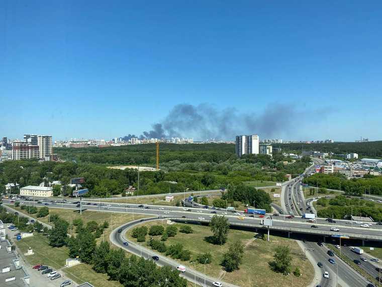 В Екатеринбурге горит ангар на заводе. Фото, видео