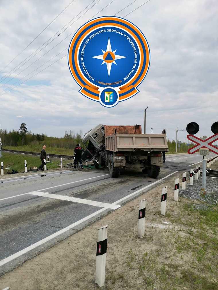 В ХМАО КамАЗ столкнулся с поездом. ФОТО