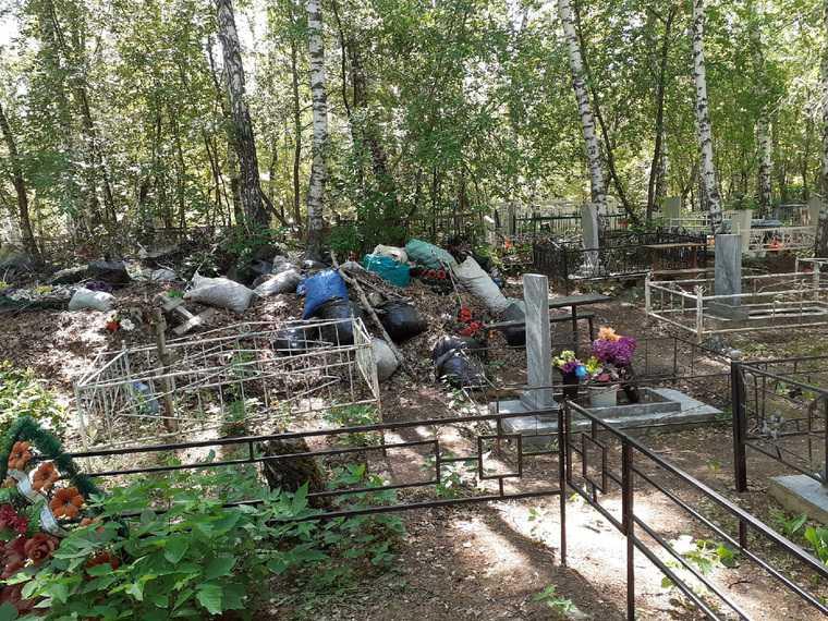 В тюменском городе кладбище превратили в свалку