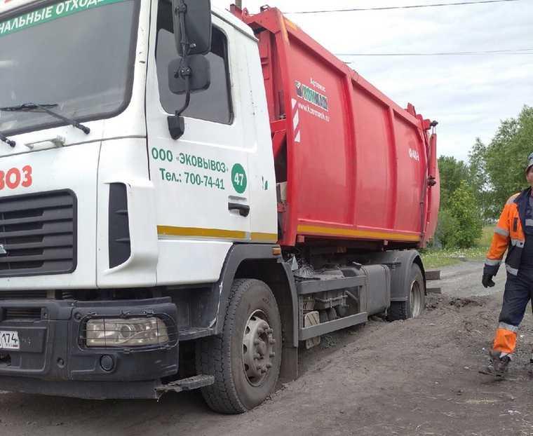 Под Челябинском мусоровоз ушел под землю. Фото