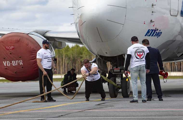 Житель ХМАО протащил сорокатонный самолет и установил рекорд. Видео, фото